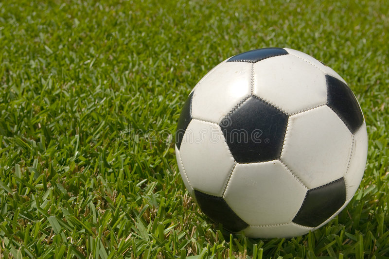 белизна футбола поля шарика черная стоковые фотографии rf