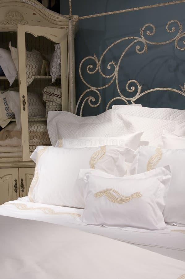 белизна хрустящей корочки спальни установленная стоковые фото