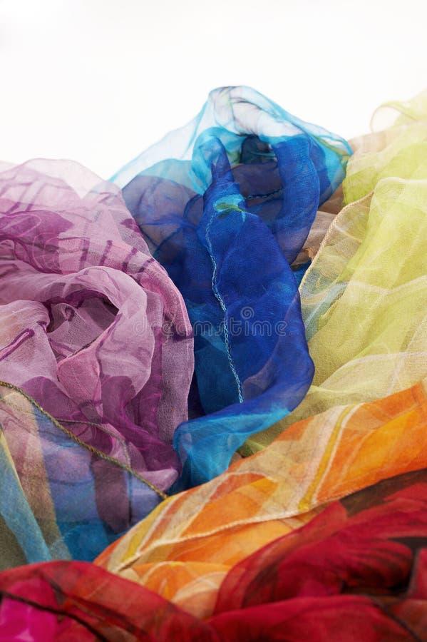 белизна цветастых шарфов предпосылки silk стоковое фото rf