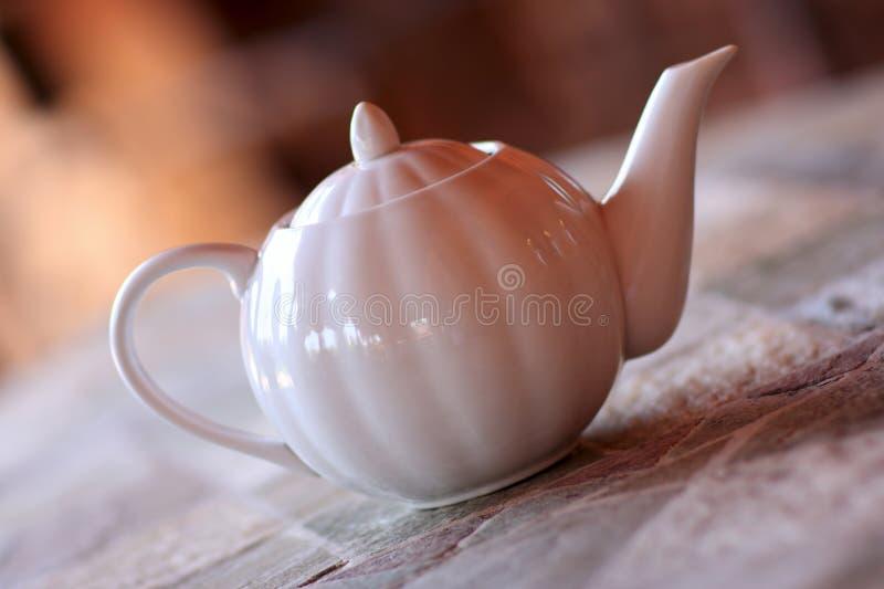 белизна чайника фарфора стоковые изображения