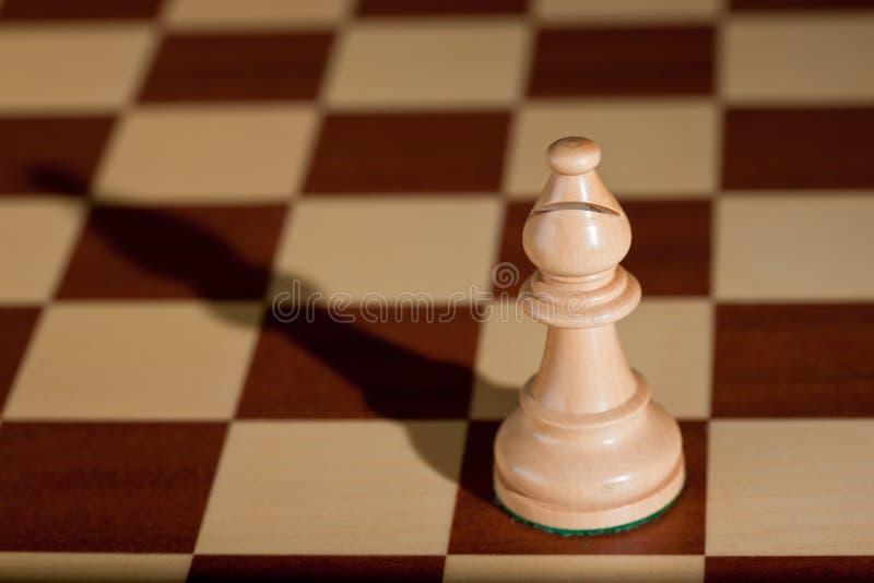 белизна части chessboard шахмат епископа стоковое изображение