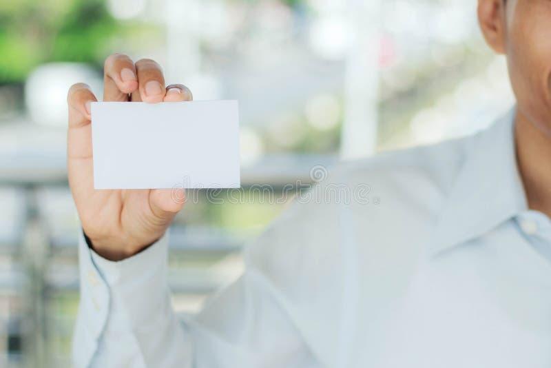 белизна человека удерживания карточки стоковые изображения