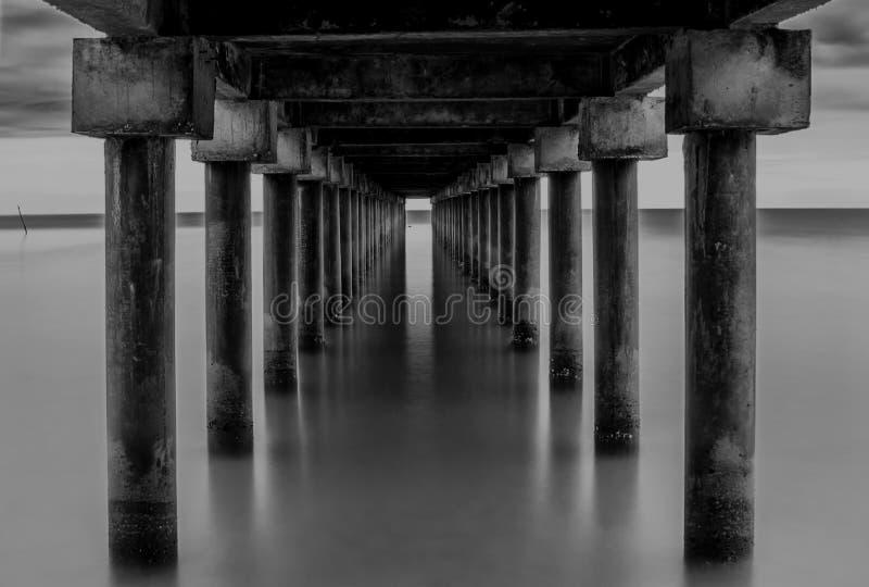 Белизна черноты под островом Индонезией Singkep моста стоковое изображение