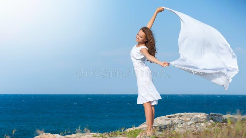 белизна шарфа утеса девушки стоковая фотография