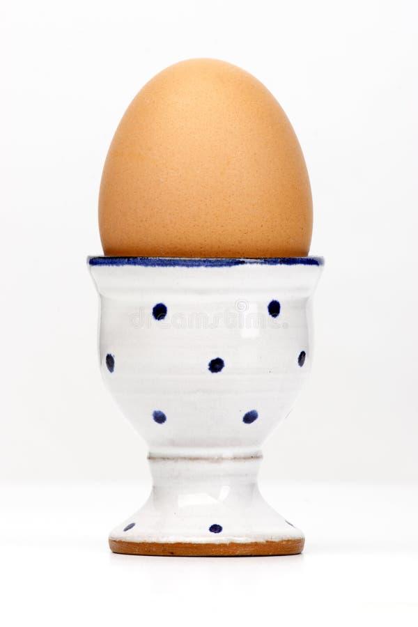 белизна яичка коричневой чашки стоковое изображение