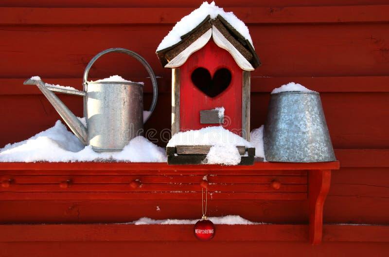 белизна birdhouse старая красная стоковые изображения rf