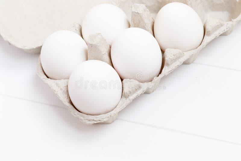 Белизна chiken яичка на белой деревянной предпосылке стоковое фото rf