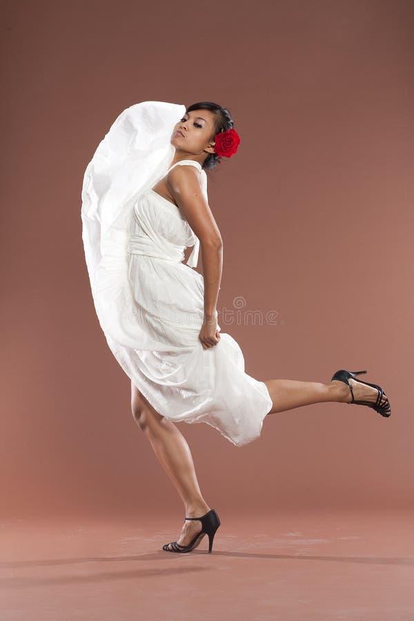 белизна flamenco платья танцора стоковая фотография