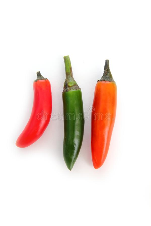 белизна serrano померанцового красного цвета chili изолированная зеленым цветом стоковые изображения rf
