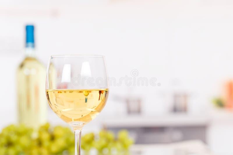 Белое вино в стекле с copyspace стоковое изображение rf