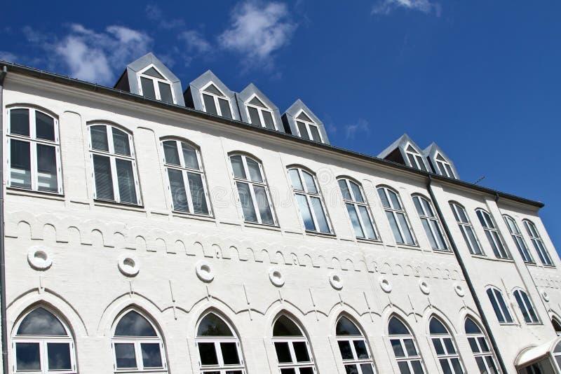 Белое здание в Svendborg стоковое изображение rf