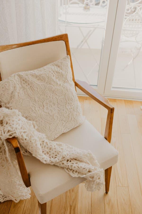 Белое кресло с шотландкой и подушкой Стиль Провансали стоковая фотография rf