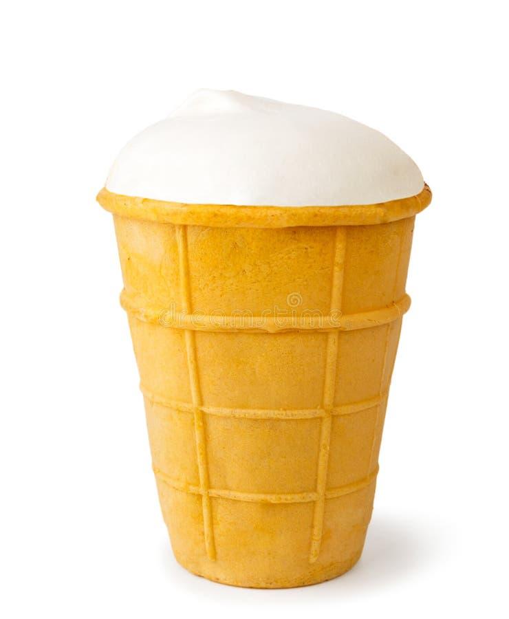 Белое мороженое более plombier в конце-вверх чашки waffle на белизне изолировано стоковое фото rf