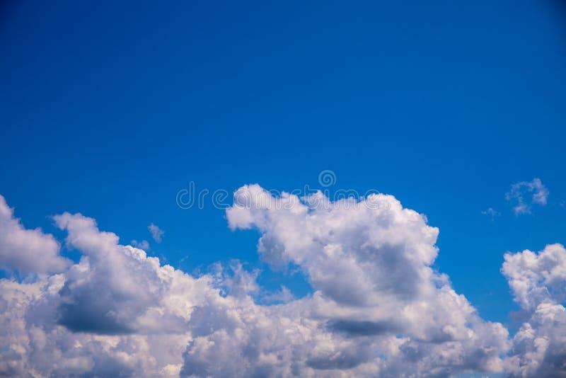 Белое облако и ясное голубое небо выше Солнечная предпосылка фото cloudscape Skyscape с пушистыми облаками стоковая фотография rf