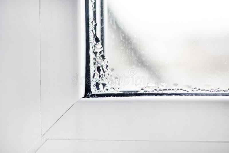 белое окно конденсация на ей Конец-вверх стоковые изображения rf