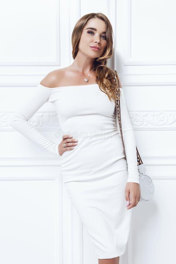 Белое платье вечера стоковая фотография