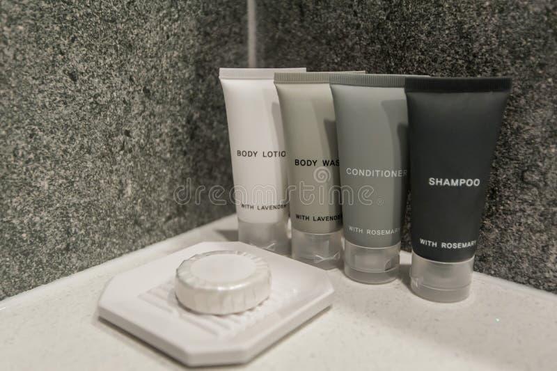 Белое полотенце ванны вися в bathroom стоковое изображение