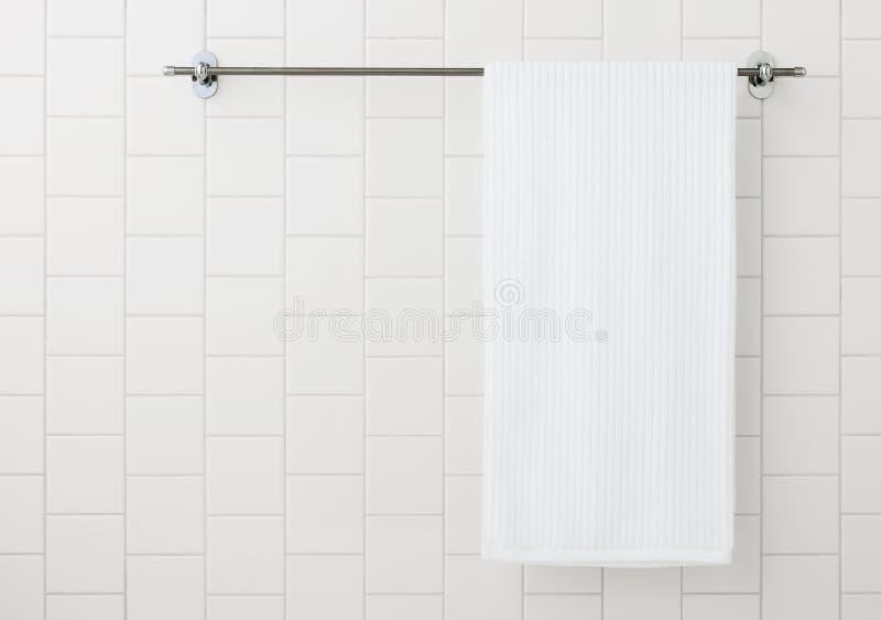 Белое полотенце на вешалке стоковые фотографии rf