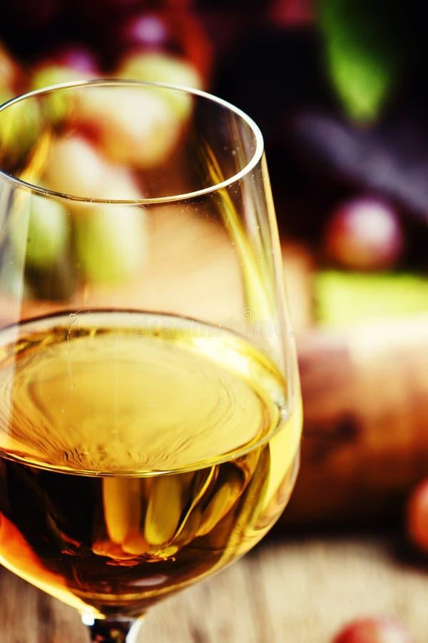 Белое полу-сладостное вино от виноградин Рислинга в стекле, годе сбора винограда w стоковое фото