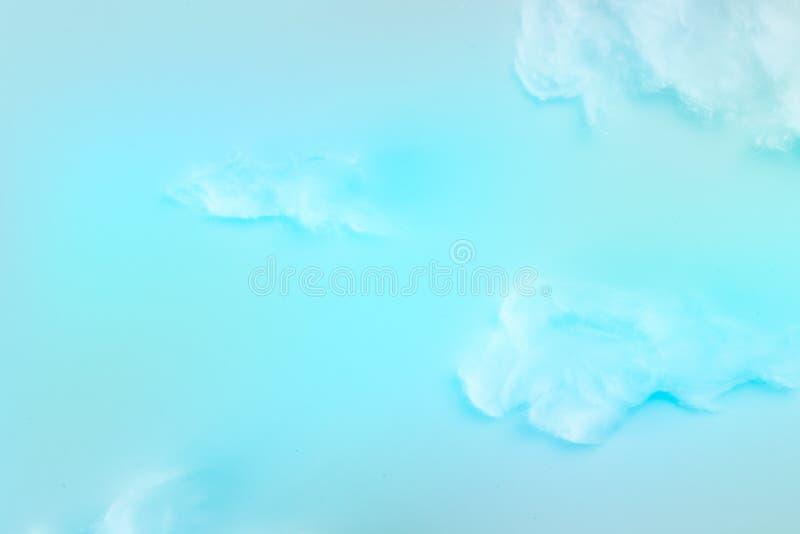 Белое пушистое влияние облаков над предпосылкой голубого неба, облаками шерстей cottom формирует свежий воздух в небе стоковое изображение