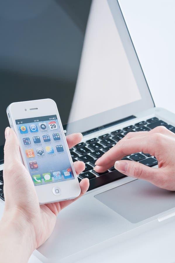 Белое iphone 4 в руках женщин стоковая фотография rf