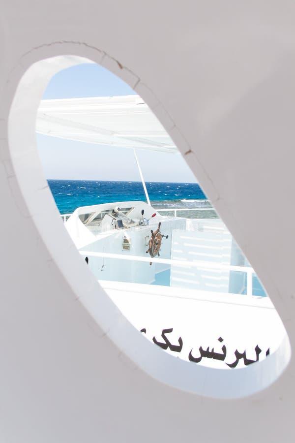 Белой окно выдержанное шлюпкой на египетской шлюпке и голубом море стоковые фотографии rf