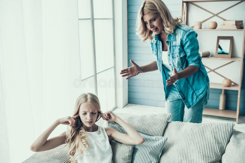 Белокурая взрослая мать приносит вверх капризный подросток девушки стоковое изображение