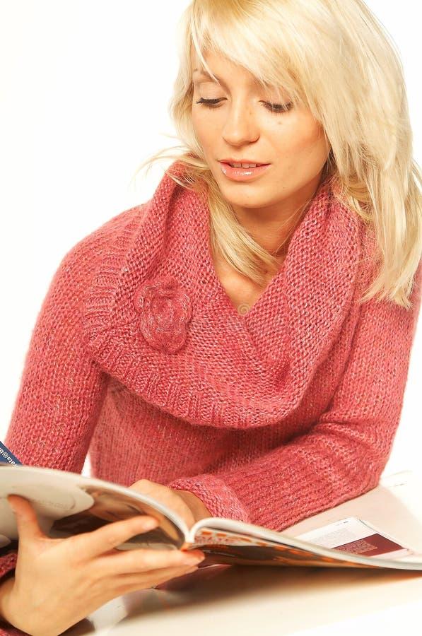Download белокурая газета девушки стоковое изображение. изображение насчитывающей зима - 488403