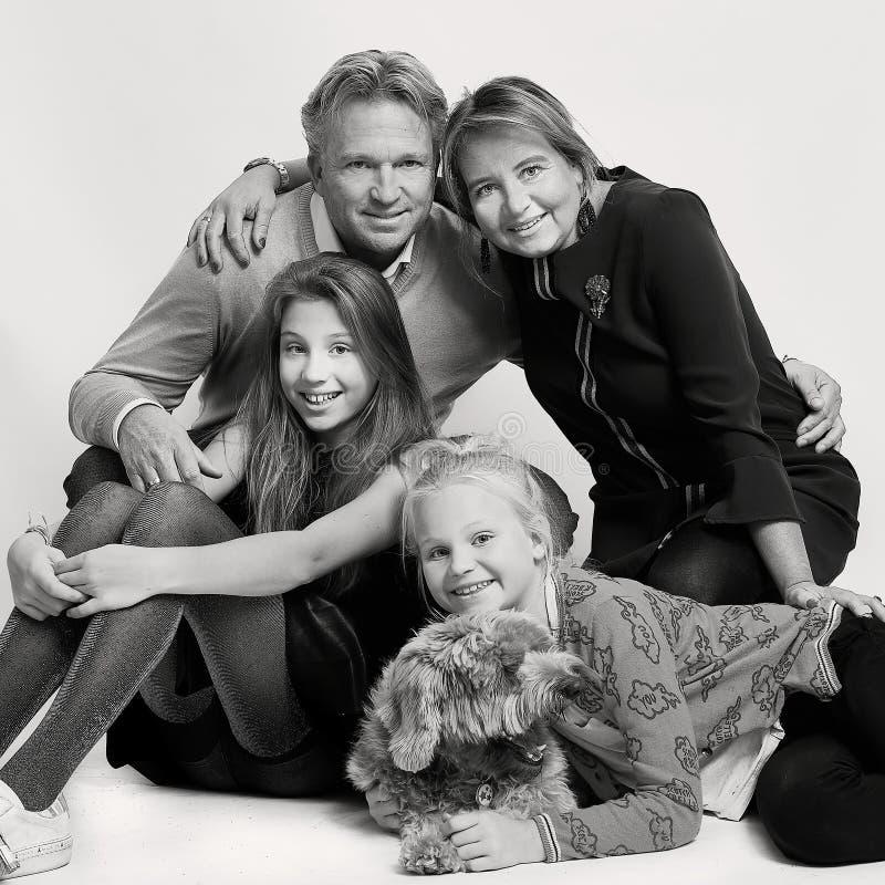 Белокурая голландская семья с собакой стоковое фото rf