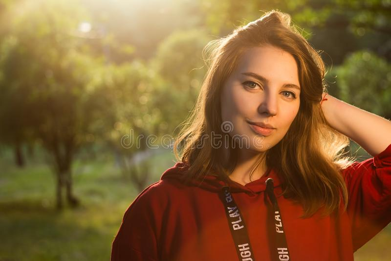 Белокурая девушка в красный усмехаться фуфайки стоковые фото