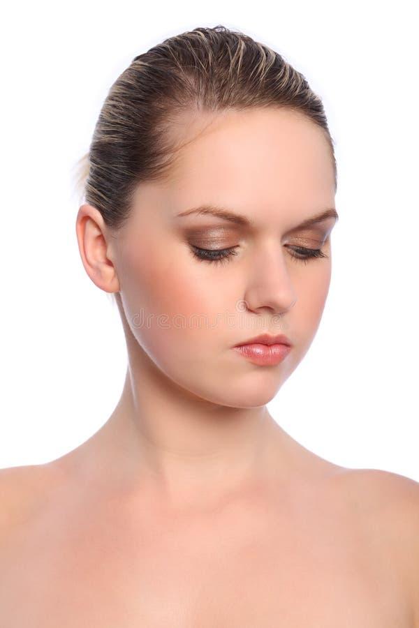 белокурая девушка глаза косметик делает естественную тень вверх стоковое фото