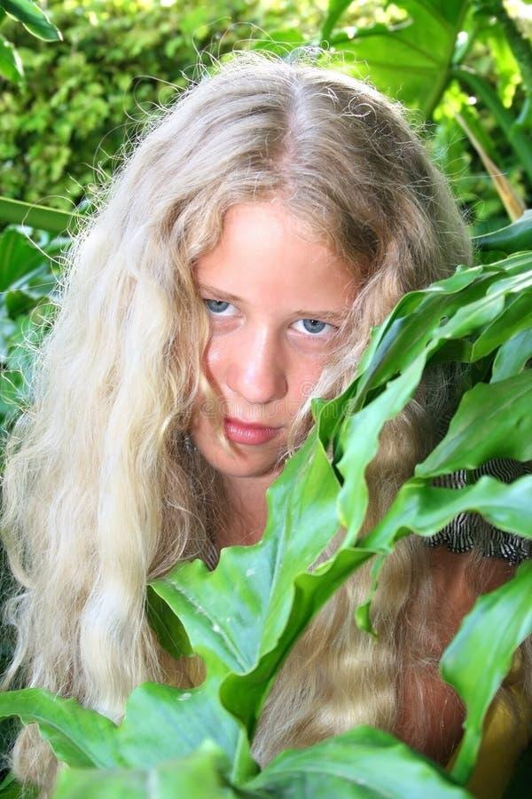 белокурая девушка довольно стоковые фото