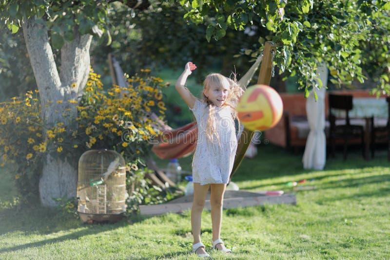 Белокурая девушка играя с шариком стоковое фото