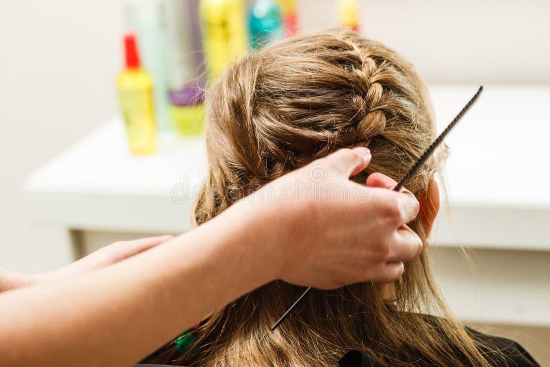 Белокурая девушка малыша получая ее стиль причёсок сделанный стоковые фотографии rf