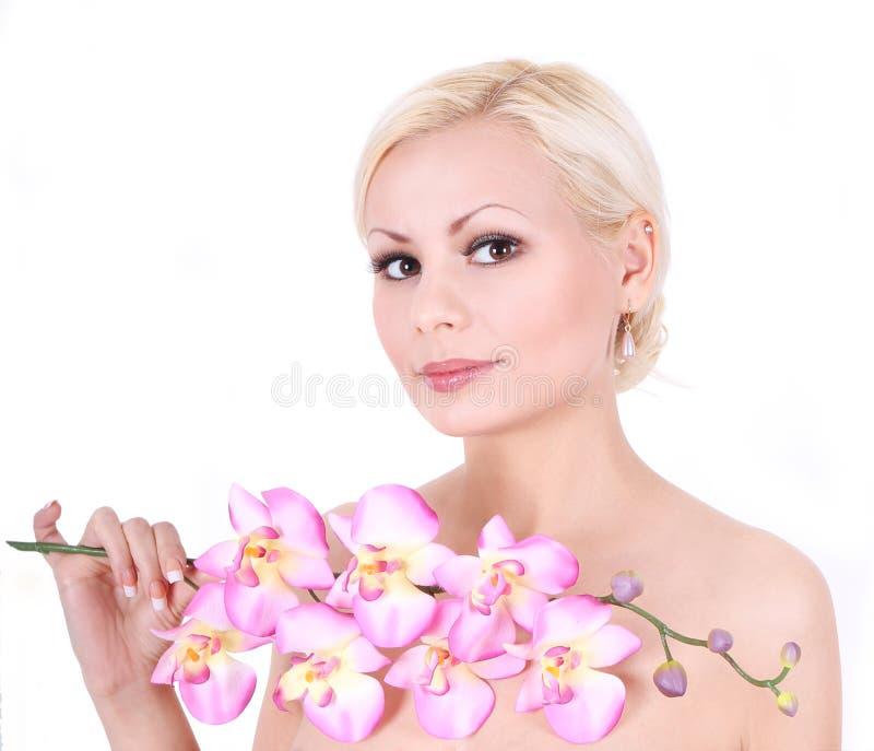 Белокурая девушка с цветками орхидеи стоковая фотография rf