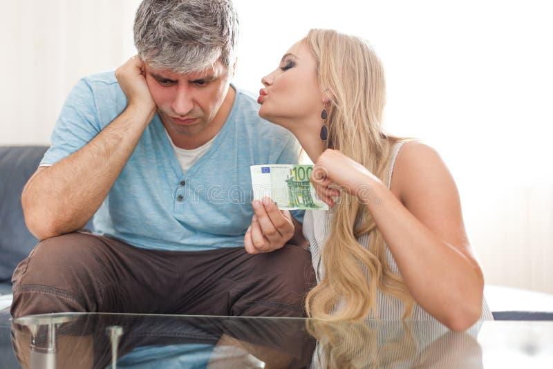 Белокурая жена золотоискателя запрашивая евро 100 от супруга стоковые изображения rf