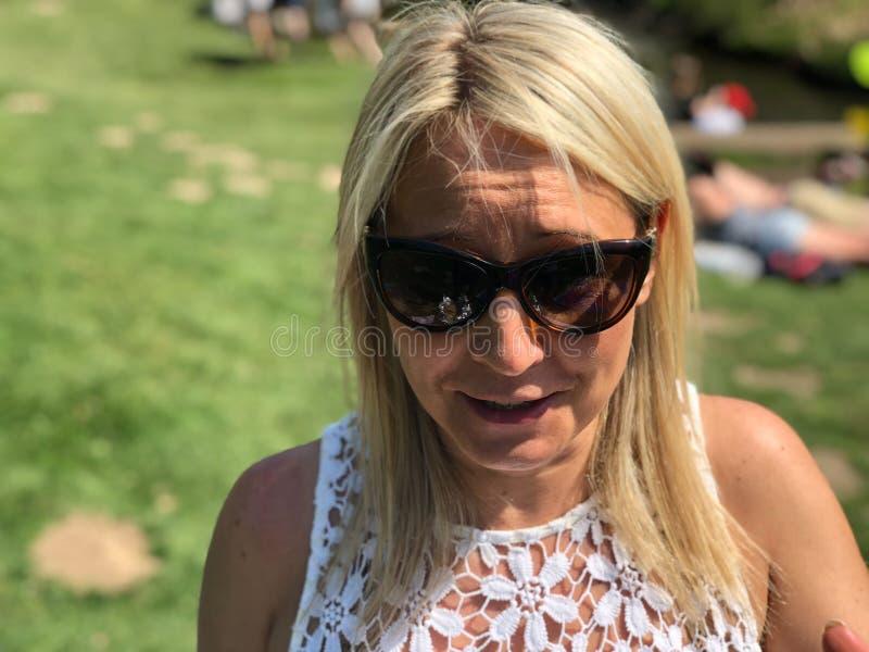 Белокурая женщина внешняя в парке стоковые фото