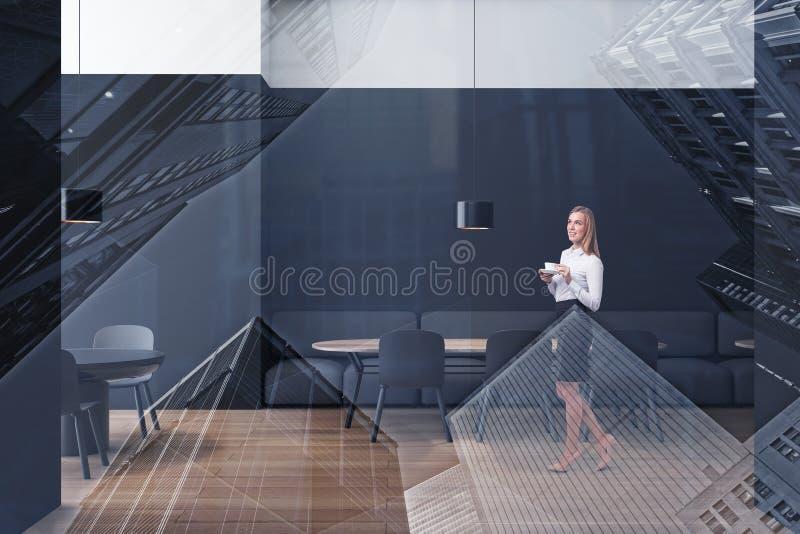 Белокурая женщина в белом и черном кафе стоковые фото