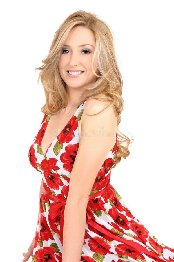 белокурая женщина красного цвета платья стоковое изображение rf