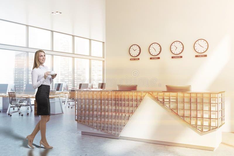 Белокурая женщина около приема офиса стоковое изображение rf