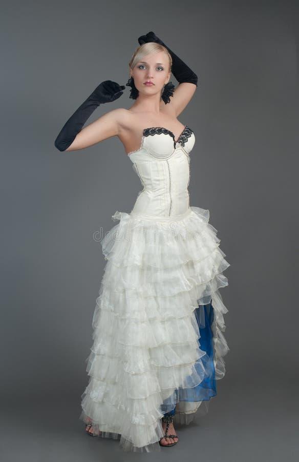 белокурая женщина платья белая стоковая фотография rf