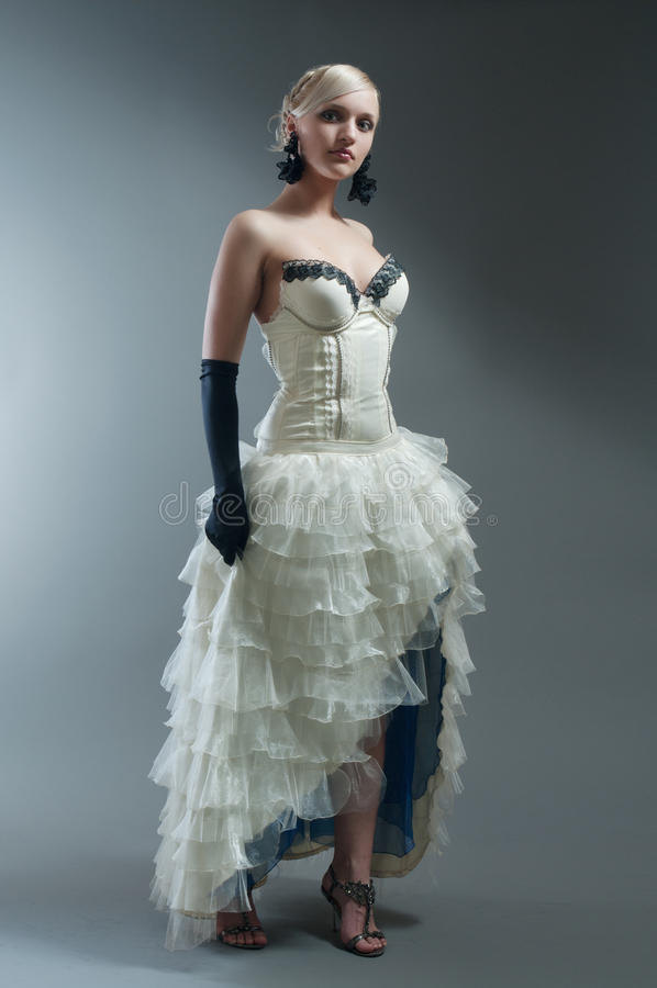 белокурая женщина платья белая стоковое изображение