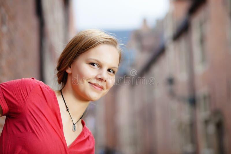 белокурая женщина платья довольно красная стоковая фотография rf