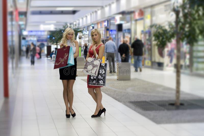 белокурая женщина покупкы 2 стоковое фото rf