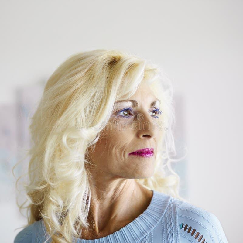 белокурая женщина портрета стоковое изображение