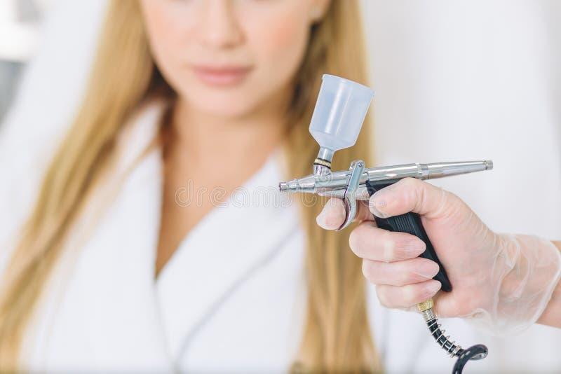 Белокурая женщина проходит процедуру лицевого газовожидкостного шелушения кислорода стоковое фото rf