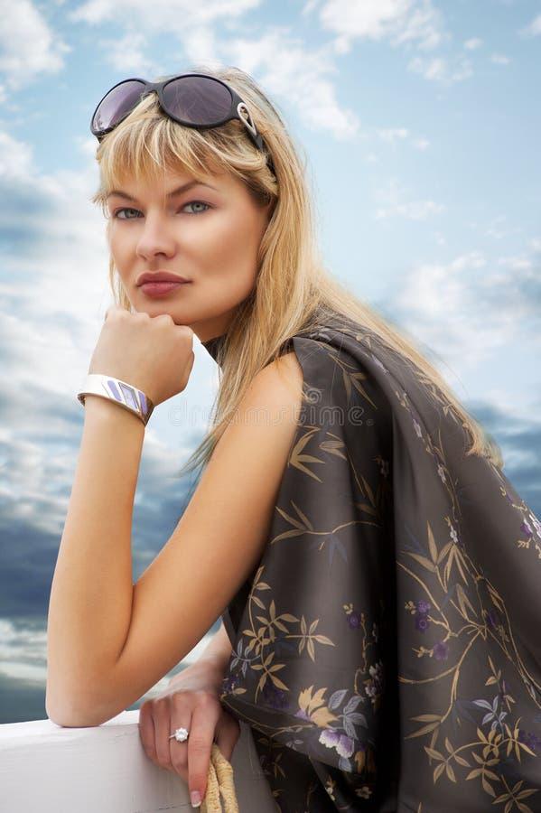 белокурая женщина солнца стекел стоковая фотография