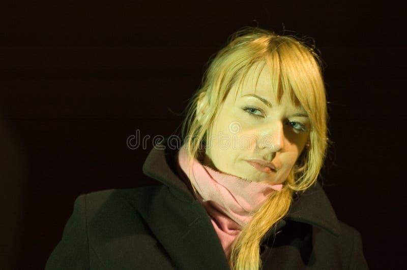 белокурая женщина шарфа стоковая фотография rf