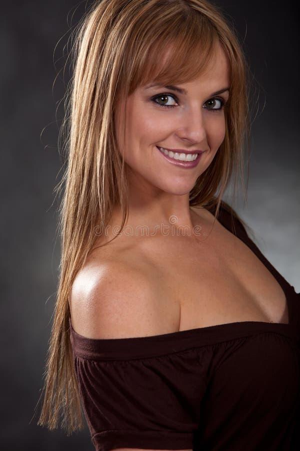 белокурая кавказская милая женщина двадчадк стоковые фотографии rf