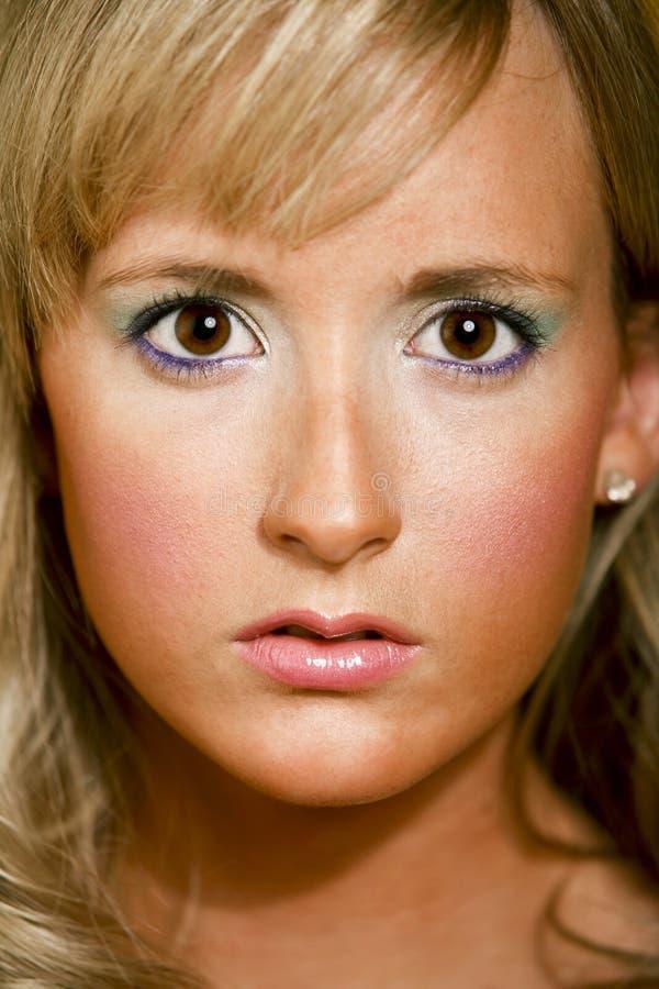 белокурая коричневая eyed девушка довольно стоковое фото